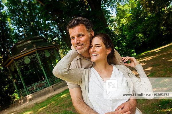 Glückliches Paar steht im Park