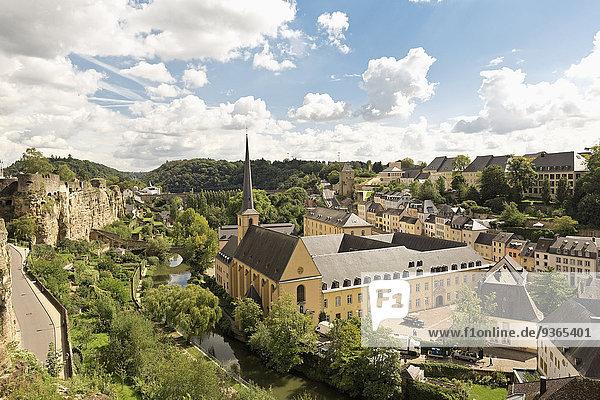 Luxemburg  Luxemburg-Stadt  Blick auf die Benediktinerabtei Neumünster und St. Johannes Kirche  Kasematten links