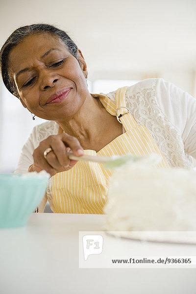 Frau Küche mischen Kuchen Zuckerguß Mixed