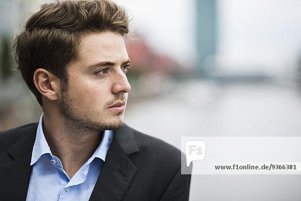 Deutschland  Hessen  Frankfurt  Porträt eines nachdenklichen jungen Mannes