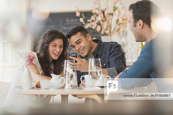 Handy benutzen Freundschaft Hispanier Cafe