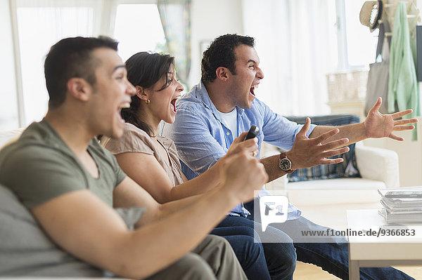 Freundschaft jubeln Zimmer Hispanier Fernsehen Wohnzimmer