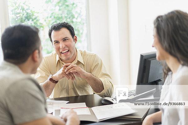 sprechen Geschäftsmann Hispanier Büro Kunde