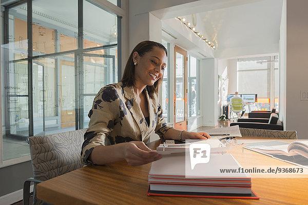 Geschäftsfrau Schreibtisch mischen Mixed vorlesen