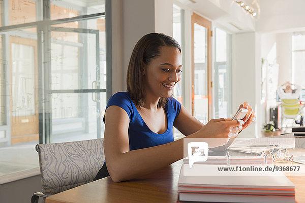 Handy Geschäftsfrau Schreibtisch nehmen mischen Gemälde Bild Mixed