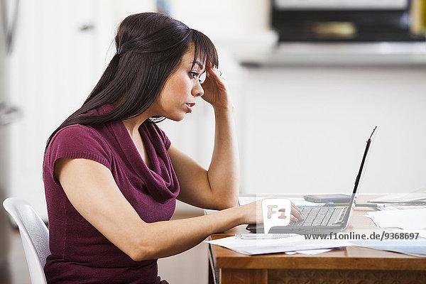 Interior zu Hause Geschäftsfrau arbeiten Hispanier