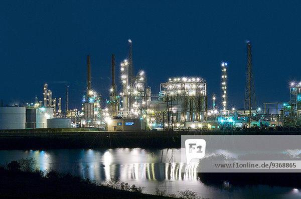 nahe beleuchtet Nacht See Fabrikgebäude