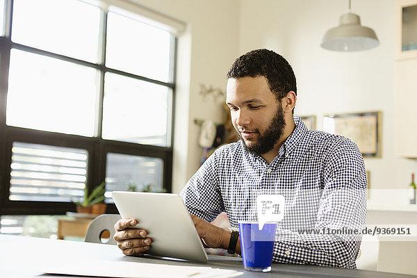 benutzen Computer Schreibtisch Geschäftsmann mischen Tablet PC Mixed