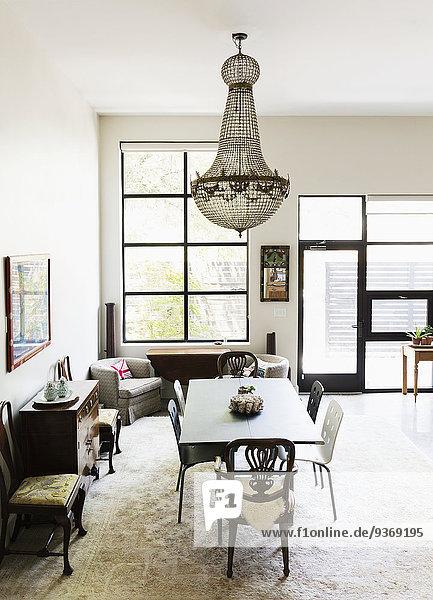 Stuhl am Tisch essen Zimmer über Tisch Kronleuchter