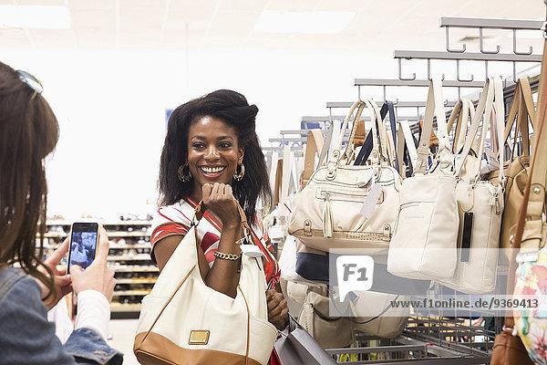Zusammenhalt Frau kaufen Laden