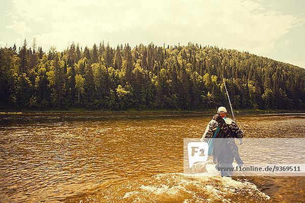 tragen See angeln Fischer Stange