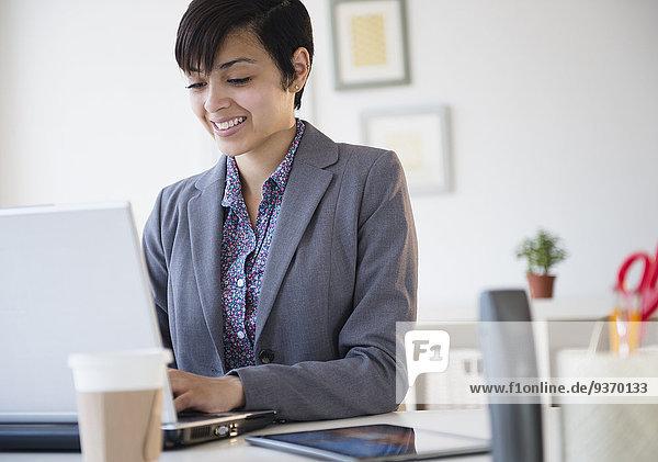 Geschäftsfrau Computer Schreibtisch Notebook arbeiten mischen Büro Mixed