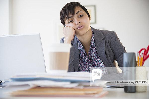 sitzend Geschäftsfrau Schreibtisch Langeweile mischen Büro Mixed