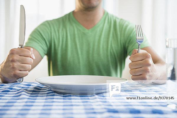 Mann Messer halten mischen Gabel Tisch Mixed