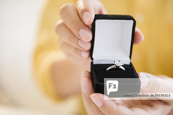 Verlobung Mann halten mischen Mixed klingeln