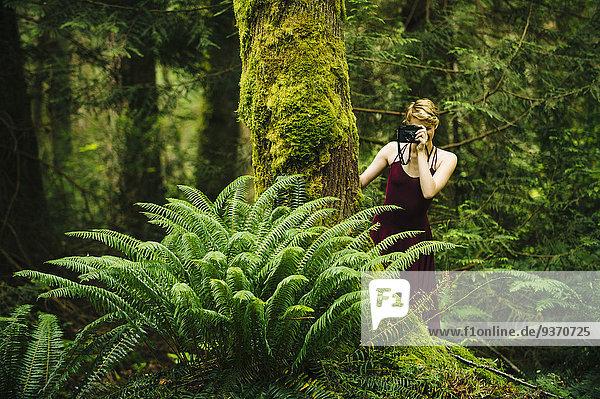 Europäer Frau Fotografie nehmen Wald