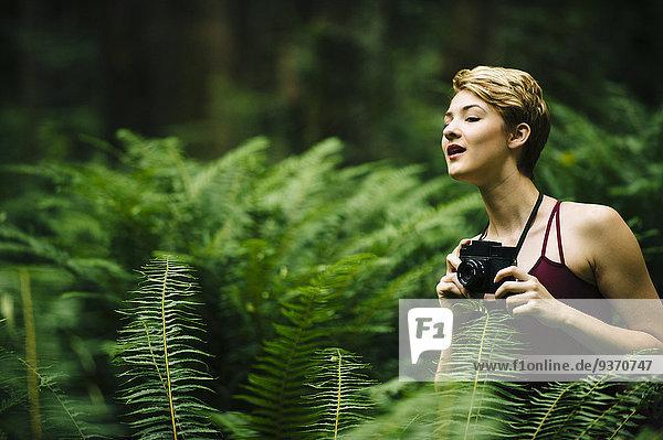 Europäer Frau halten Wald