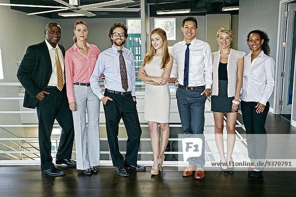 nahe Zusammenhalt Mensch Menschen lächeln Geländer Business