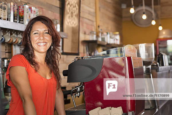 Frau lächeln arbeiten Hispanier Laden Kaffee