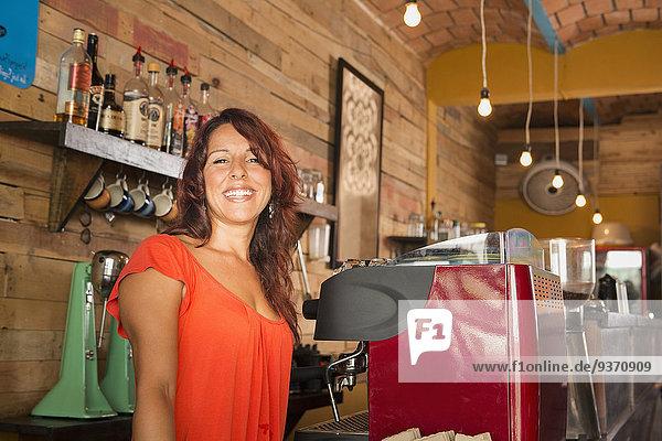 Frau arbeiten Hispanier Laden Kaffee