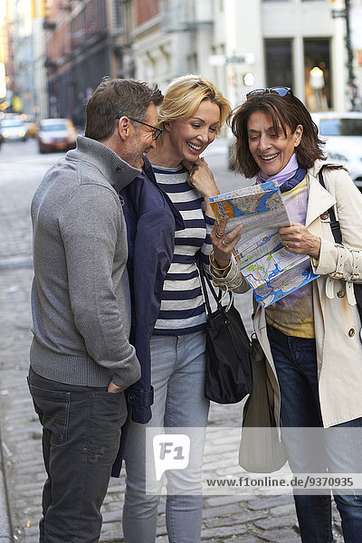 Europäer Vereinigte Staaten von Amerika USA New York City Straße Großstadt Tourist Landkarte Karte vorlesen