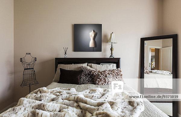Schlafzimmer Bett Kleid Spiegel modern