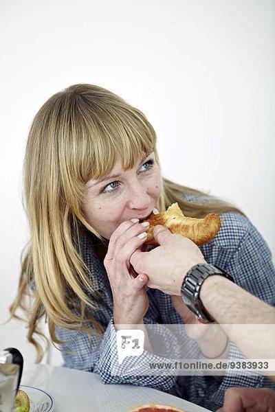 Frau Mann Croissant füttern