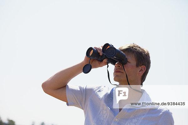 Mann sehen blättern Fernglas