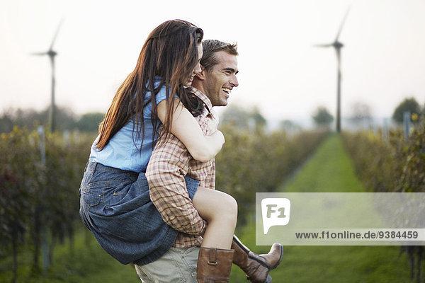 Frau Mann geben fahren Feld huckepack mitfahren