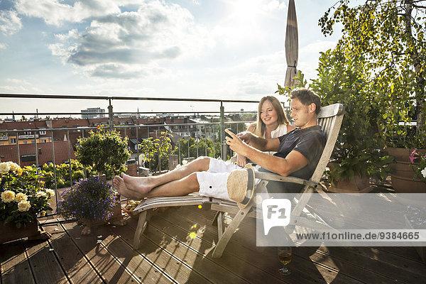 Handy benutzen Balkon Kurznachricht