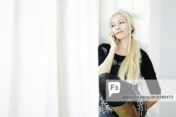 blond Frau telefonieren