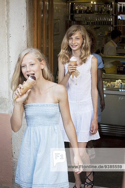Eis 2 Mädchen essen essend isst Sahne