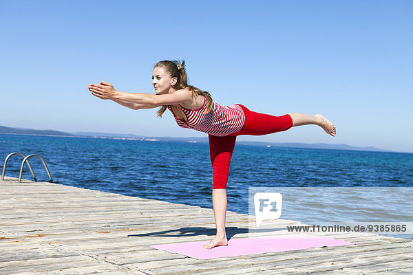 Frau Holzweg Yoga üben