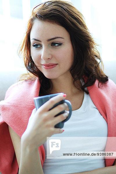 Frau Tasse Kaffee braun Haar