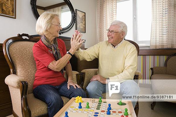 Senior Senioren Wohnhaus Sorge Mensch ärgere dich nicht spielen