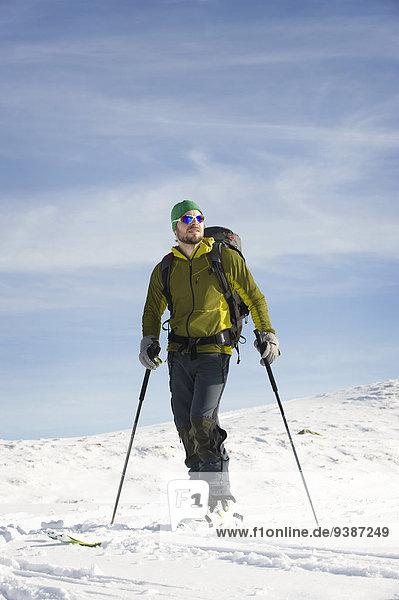 stehend Skifahrer unbewohnte entlegene Gegend Schnee