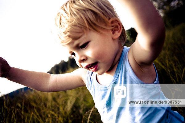 Außenaufnahme Portrait blond Junge - Person klein Haar freie Natur spielen