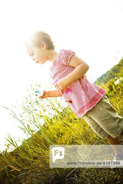 Außenaufnahme Seife blasen bläst blasend klein Blase Mädchen freie Natur