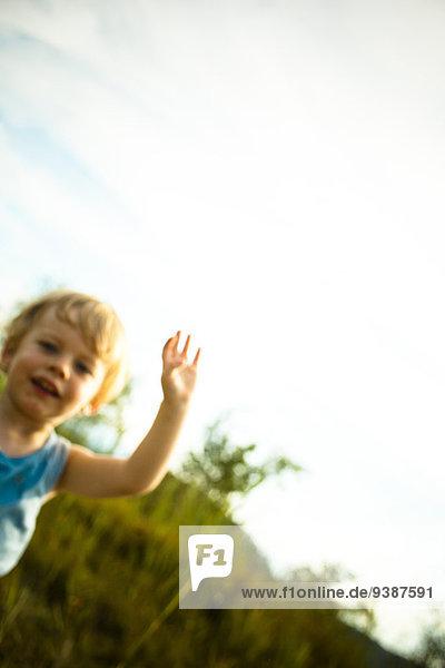 Außenaufnahme Seife Junge - Person klein Blase Blasen freie Natur spielen