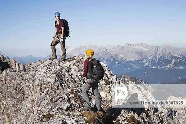 stehend Berg hoch oben 2 Bergsteiger