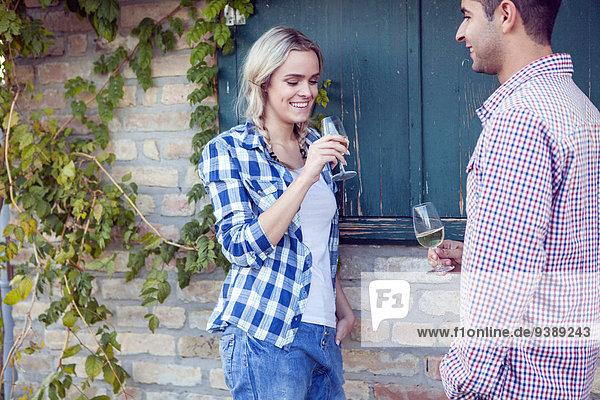 Zusammenhalt Wein weiß jung trinken Weinlese