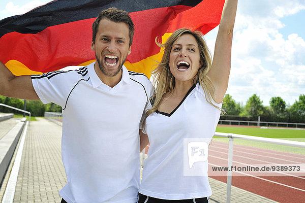Fußballfan Fahne winken deutsch