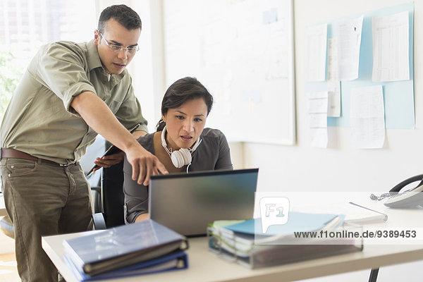Zusammenhalt Mensch zwei Personen Notebook Menschen arbeiten 2