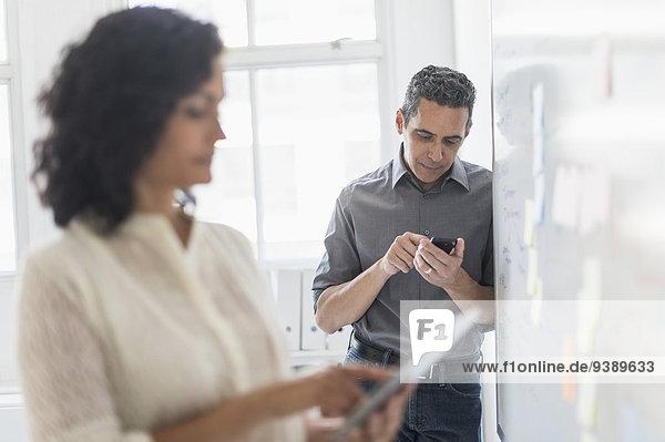 arbeiten Büro Mann und Frau