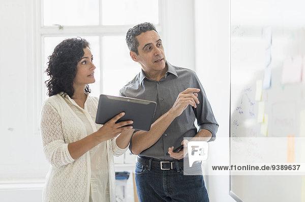 Zusammenhalt arbeiten Büro Mann und Frau