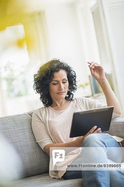 benutzen Frau Couch Tablet PC