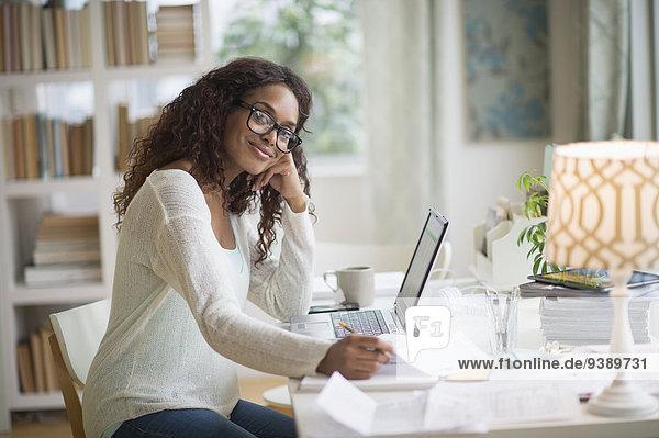 benutzen Frau Notebook Heimarbeitsplatz