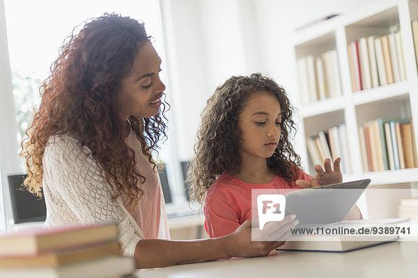 benutzen Lehrer Klassenzimmer Tablet PC 5-9 Jahre 5 bis 9 Jahre Mädchen
