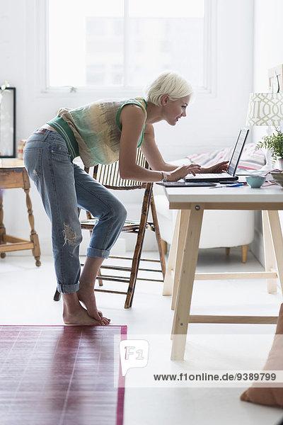 Interior zu Hause benutzen Frau Notebook