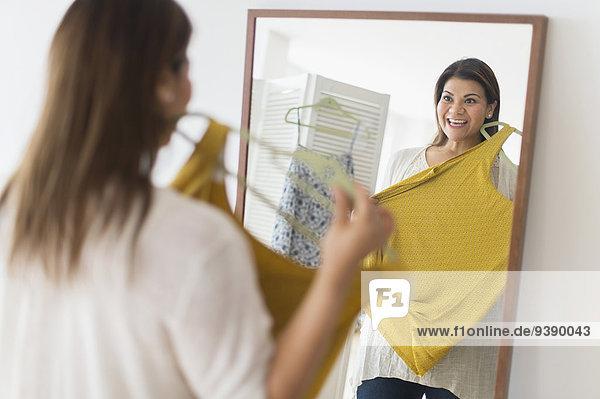 Frau sehen halten Kleid Spiegel neu